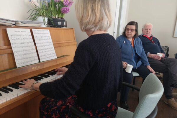 Sfeer-binnen-Het-Gastenhuis-Vlijmen-2019-activiteit-groepsportret-bewoners-muziek
