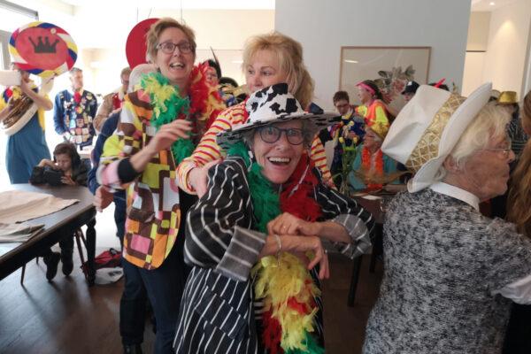 Sfeer-binnen-Het-Gastenhuis-Vlijmen-2019-activiteit-portret-bewoners-carnaval-1