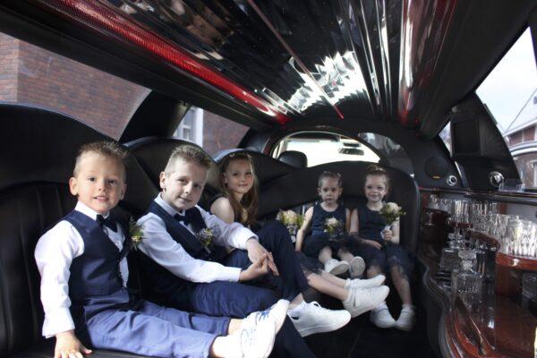 Sfeer-binnen-Vlijmen-2021-limousine-bruiloft-medewerker